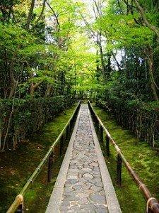Résoudre le Karma familial dans NOTRE FAMILLE 250px-koto-in_zen_temple_kyoto_-_entrance_walkway-225x300